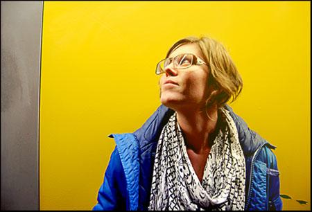 Klara mot gul vägg