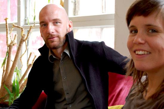Tobias och Caroline sitter i en soffa