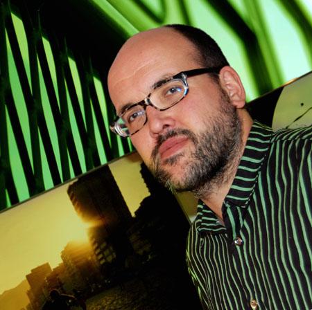 Tobias Regnell  i grön- och svartrandig skjorta