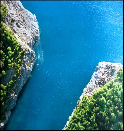 flygbild vatten, klippor och gröna träd